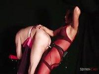 Un mec passif se fait torturer par une fétichiste transsexuelle