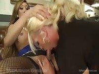 Bourgeoise trans aux gros mamelons enfile sauvagement sa secrétaire