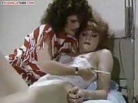 Une jolie femme sexy dans sa lingerie se fait allumer par une infirmière transsexuelle