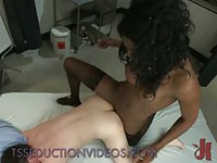 Trans déguisée en infirmière prend ce patient entièrement en charge