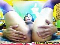 Ladyboy se caresse les seins avec du foutre