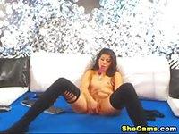 Ladyboy éjacule pendant une séance webcam