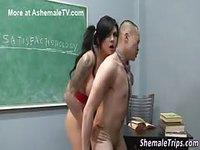 Le professeur profite de la bite de son élève transgenre