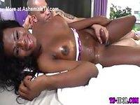 Trans black enculée sans capote après la douche