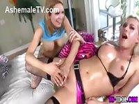 Jeune fille joue avec le cul d'une shemale