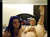 Jeune tranny blonde sucée par sa copine aux cheveux violets
