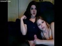 Une trans brune se fait sucer devant la webcam