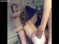 Des jeunes trans font une partouze devant la webcam