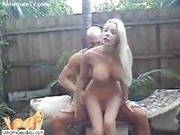 Blondasse enculée en extérieur