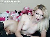 Jeune blonde tranny mise à nue