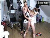 Shemale dominatrice abuse d'un mec travesti